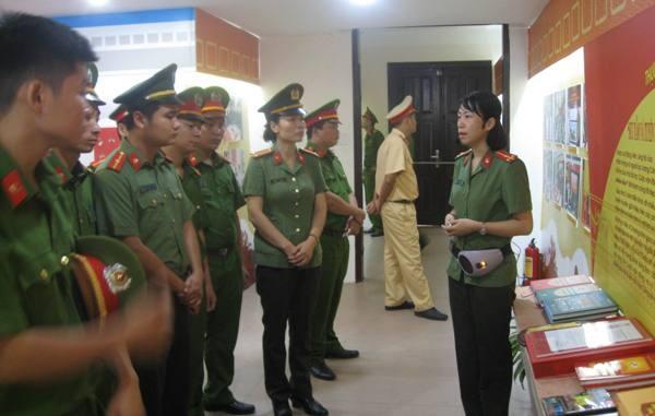 Cán bộ, chiến sỹ CAH Phú Xuyên chăm chú nghe Hướng dẫn viên của Bảo tàng giới thiệu những kỷ vật