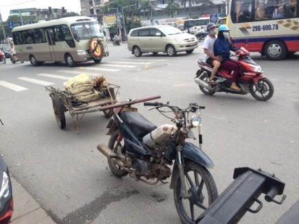 Không ai có thể biết trước được hậu quả sẽ khủng khiếp như thế nào nếu như những chiếc xe kéo này đứt móc nối văng vào người tham gia giao thông