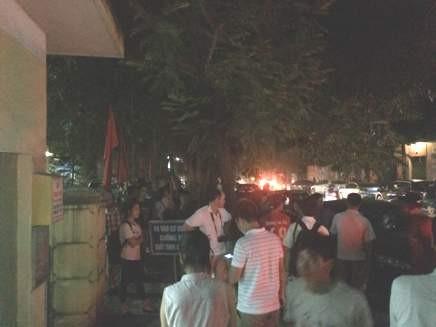 Rất động người dân và phóng viên có mặt tại trụ sở CAH Thủy Nguyên, thời điểm nghi can Dũng bị bắt