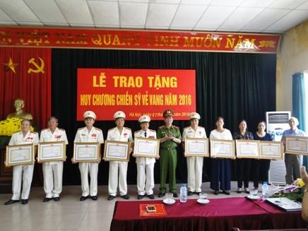 Thiếu tướng Đinh Văn Toản trao Huy chương Chiến sỹ vẻ vang cho cán bộ, chiến sỹ Trại tạm giam số 2