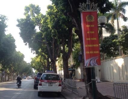 Băng rôn tuyên truyền trực quan về ATGT được treo trên các trục đường, phố chính