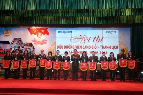 Trung tướng Nguyễn Xuân Mười trao cờ lưu niệm cho các đơn vị tham gia hội thi