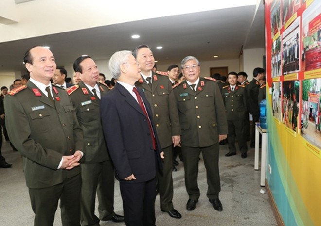 Tổng Bí thư Nguyễn Phú Trọng xem những hình ảnh về hoạt động, công tác của lực lượng Công an trong năm 2016