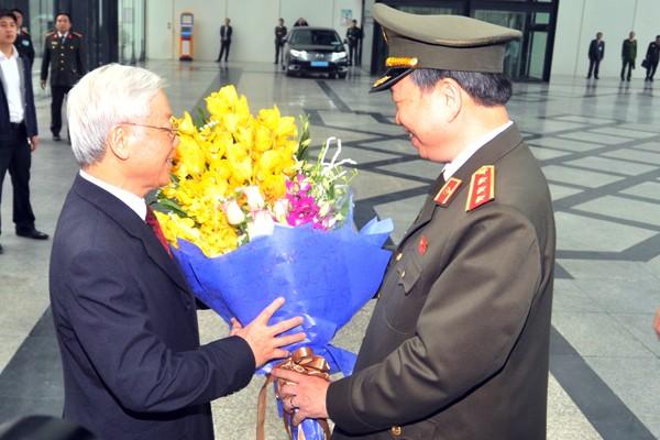 Đồng chí Bộ trưởng Tô Lâm tặng hoa chúc mừng đồng chí Tổng Bí thư Nguyễn Phú Trọng