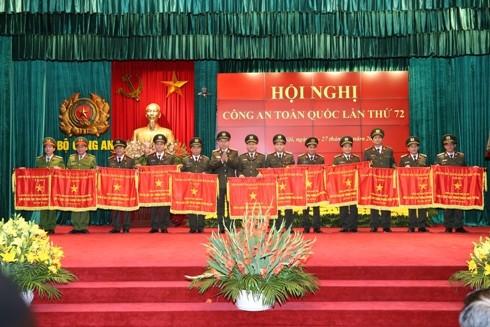 Bộ trưởng Tô Lâm trao Cờ thi đua xuất sắc của Chính phủ cho các đơn vị