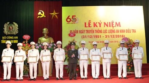Thừa ủy quyền của lãnh đạo Bộ Công an, Trung tướng Nguyễn Chí Thành, Tổng cục trưởng Tổng cục An ninh tặng Bằng khen của Bộ Công an cho tập thể và cá nhân thuộc Cục ANĐT