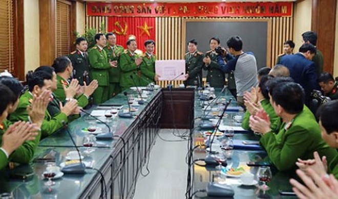 Đồng chí Thứ trưởng tặng quà, chúc Tết CAQ Thanh Xuân
