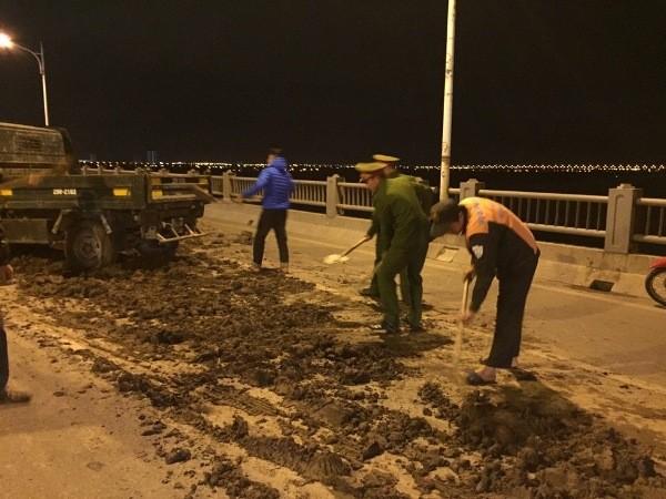 Các chiến sỹ Công an tích cực dọn dẹp mặt cầu, đảm bảo thông thoáng giao thông