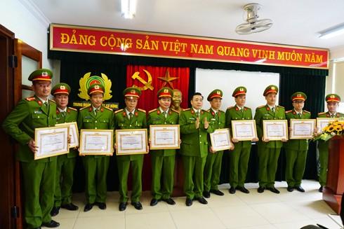 Thượng tá Nguyễn Ngọc Mẽ, Trung đoàn trưởng Trung đoàn CSCĐ trao Giấy khen của Giám đốc CATP cho tập thể, cá nhân có thành tích xuất sắc trong công tác năm 2016
