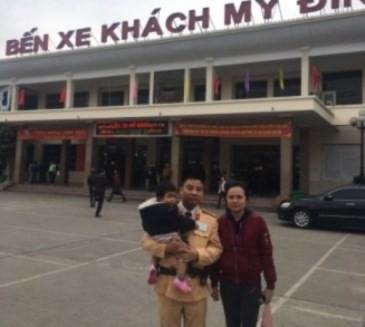 Hai mẹ con người phụ nữ tỉnh ngoài gặp hoàn cảnh khó khăn, được CSGT Công an Hà Nội giúp đỡ