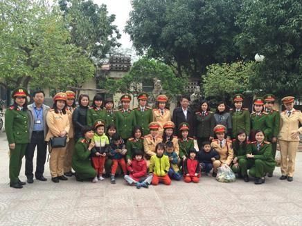 Đoàn công tác Hội phụ nữ cụm thi đua số 3 chụp ảnh lưu niệm cùng trẻ em đang được chăm sóc tại Trung tâm bảo trợ xã hội số 3