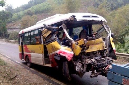 Chiếc xe buýt biến dạng nghiêm trọng