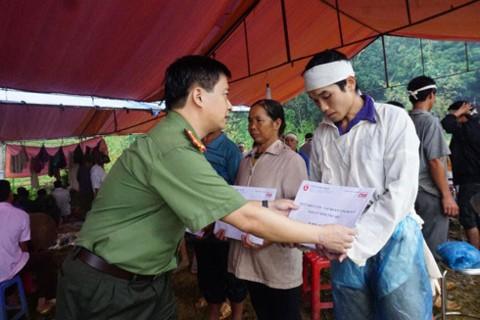 Tổng Biên tập Nguyễn Thanh Bình trao quà cho thân nhân gia đình bị thiệt hại tại