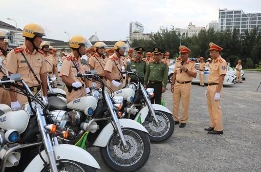 Thiếu tướng Đoàn Duy Khương kiểm tra, động viên CSGT Công an Thủ đô tăng cường vào Đà Nẵng phục vụ hội nghị APEC 2017 (ảnh: Nguyễn Hải)