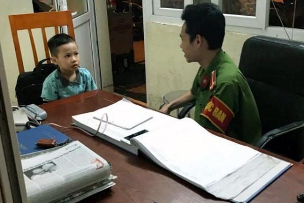 Bé Tâm được Trung úy Trần Hồng Quân vỗ về, trò chuyện nên đã qua cơn sợ hãi