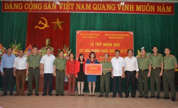 Đoàn công tác thiện nguyện phòng Bảo vệ chính trị V - Công an Hà Nội trao món quà tình nghĩa tặng Trường mầm non Tề Lễ