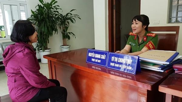 Cán bộ tiếp dân CAP Bách Khoa, quận Hai Bà Trưng, Hà Nội tiếp nhận phản ánh của