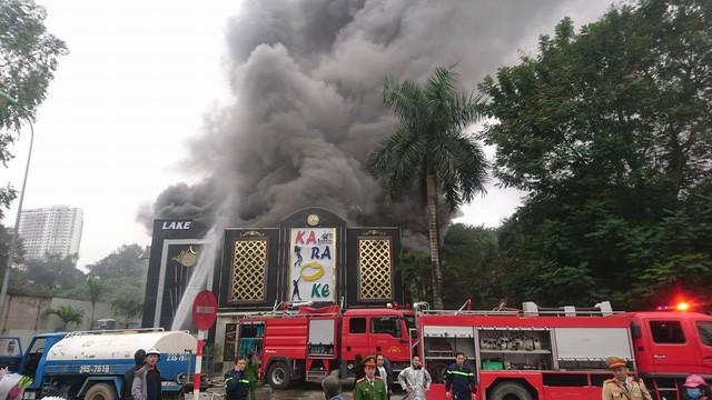 Cột khói bùng phát dữ dội ngay lúc xảy cháy