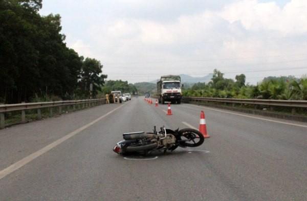 Sau khi tông vào đồng chí CSGT, chiếc xe máy văng hàng chục mét