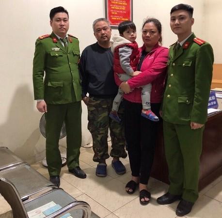 Bé Kiệt cùng người thân tại trụ sở CAP Bạch Mai, đêm 6-1