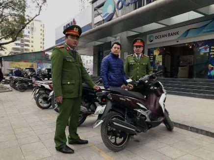 CAP Vĩnh Tuy nhắc nhở người dân dừng đỗ xe đúng nơi quy định