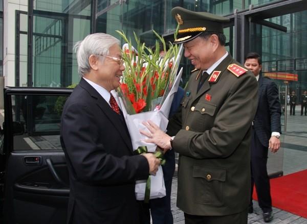 Bộ trưởng Tô Lâm tặng hoa chào mừng đồng chí Tổng Bí thư Nguyễn Phú Trọng đến dự Hội nghị Công an toàn quốc lần thứ 73