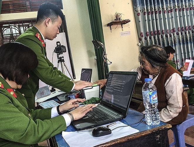 Công an Hà Nội đến tận các khu dân cư để phục vụ nhân dân làm thủ tục về căn cước