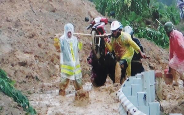 Lực lượng Công an giúp đỡ người dân ở vùng gặp thiên tai