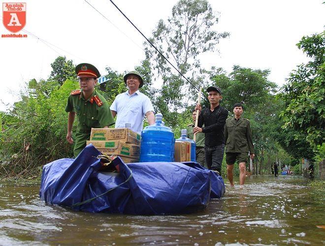 Công an Hà Nội giúp đỡ nhân dân vùng ngập tại huyện Chương Mỹ