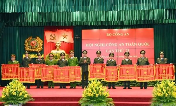 Thừa ủy quyền của Thủ tướng Chính phủ, Bộ trưởng Tô Lâm trao Cờ thi đua của Chính phủ tặng các tập thể có thành tích xuất sắc trong năm công tác 2017