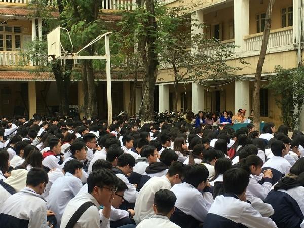 Trên 1.500 em học sinh trường THPT Trần Nhân Tông đã được nghe nói chuyện, trao đổi với các chú Công an về chủ đề đảo bảo TTATGT