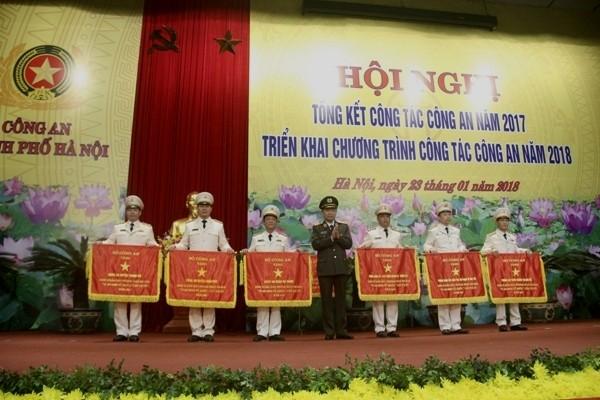 Đồng chí Bộ trưởng Tô Lâm trao Cờ thi đua của Bộ Công an tặng 6 đơn vị cơ sở