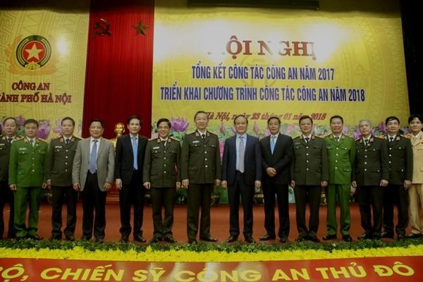 Bộ trưởng Tô Lâm cùng các đồng chí lãnh đạo tham dự hội nghị tại Công an Hà Nội, sáng 23-1