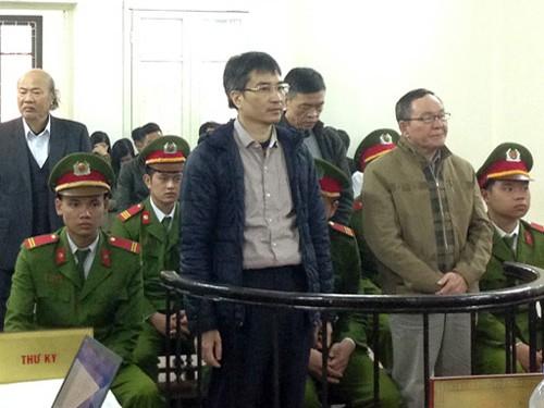 Bị cáo Giang Kim Đạt (đứng bên trái trước vành móng ngựa) bị tuyên tử hình về tội tham ô, tháng 2-2017