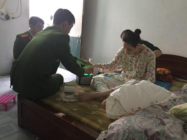 Cán bộ đội CS QLHC về TTXH CAQ Hai Bà Trưng đến tận nhà công dân bị bệnh nặng, làm thủ tục cấp CCCD