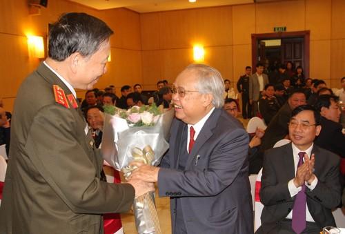 Bộ trưởng Tô Lâm thăm hỏi, tặng hoa chúc mừng các thầy thuốc