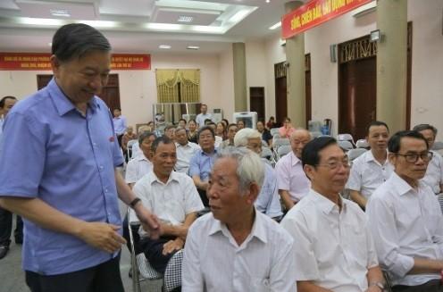 Bộ trưởng Tô Lâm thăm hỏi các cử tri phường Đình Bảng, thị xã Từ Sơn, tỉnh Bắc Ninh