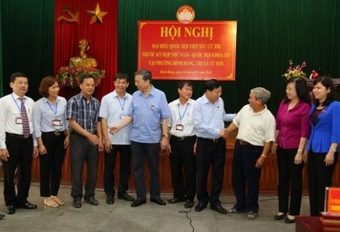 Bộ trưởng Tô Lâm và các đại biểu trao đổi bên lề buổi tiếp xúc cử tri