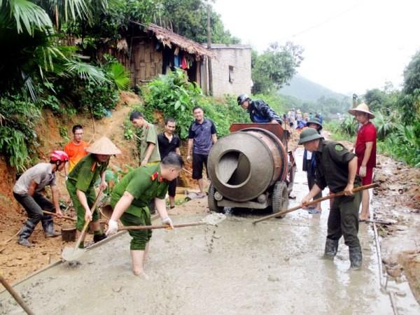 Những hình ảnh đẹp về người chiến sỹ CAND tham gia giúp đỡ nhân dân