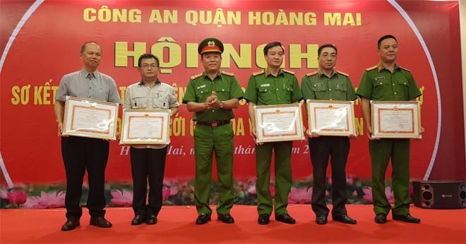 Đại tá Nguyễn Hồng Thái trao quyết định khen thưởng cho các tập thể, cá nhân lập thành tích trong công tác phối hợp đảm bảo ANTT tại khu đô thị mới Gamuda
