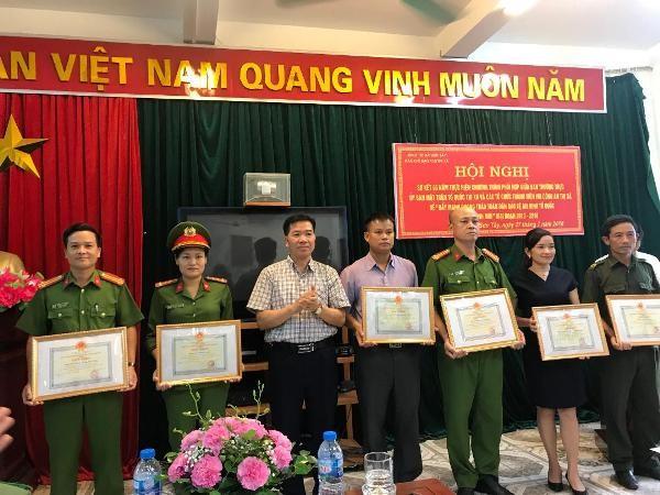 Lãnh đạo thị xã Sơn Tây trao quyết định khen thưởng cho các tập thể, cá nhân lập thành tích trong phong trào toàn dân bảo vệ ANTQ