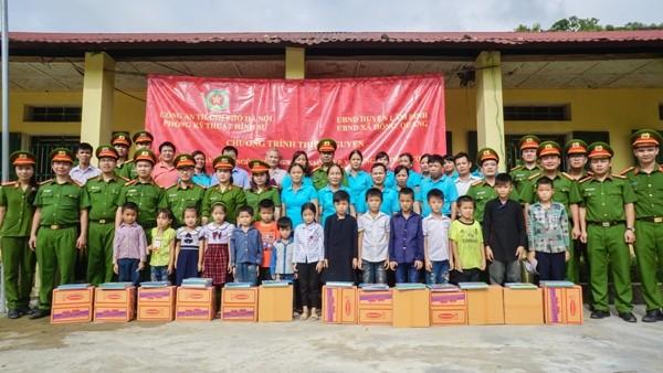 Những mòn quà được trao tận tay cô, trò trường Tiểu học Hồng Quang