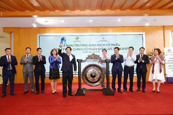 Chủ tịch HĐQT Hoàng Văn Ninh đánh cồng khai trương trong ngày giao dịch đầu tiên