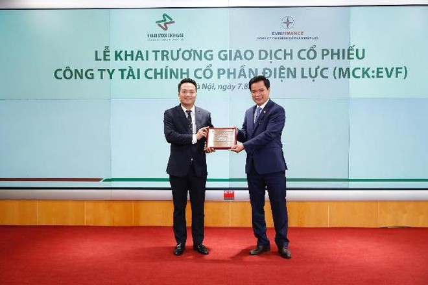 Đại diện Sở Giao dịch chứng khoán Hà Nội trao giấy chứng nhận niêm yết cho lãnh đạo Công ty tài chính cổ phần Điện lực