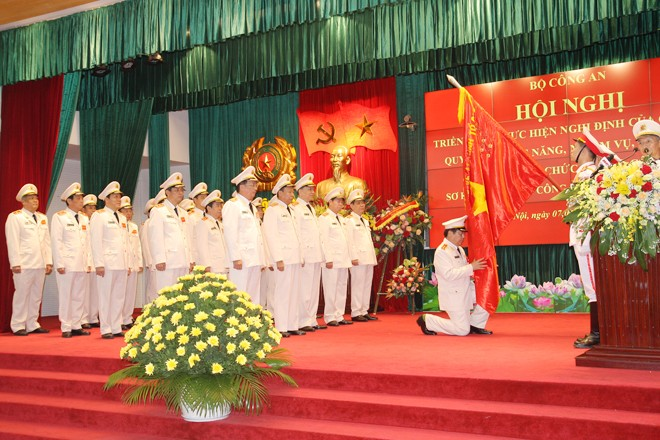 Bộ trưởng Tô Lâm cùng các đồng chí lãnh đạo Bộ Công an tuyên thệ dưới Cờ Tổ quốc