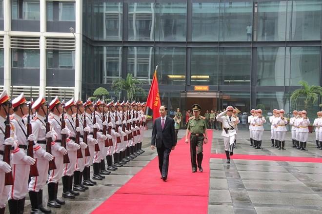 Chủ tịch nước Trần Đại Quang và Bộ trưởng Tô Lâm duyệt đội danh dự CAND
