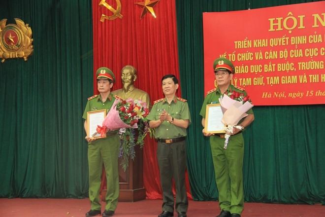 Thứ trưởng Nguyễn Văn Sơn trao quyết định của Bộ trưởng Bộ Công an cho 2 đồng chí Cục trưởng C10 và C11