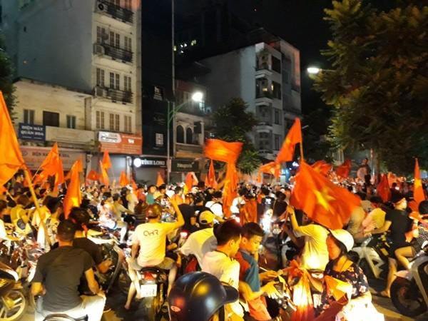 Lực lượng Công an đêm trắng giữ bình yên để người hâm mộ ăn mừng chiến thắng