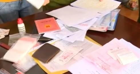 Nhiều giấy tờ, tài liệu liên quan đến việc vay tiền cơ quan Công an thu giữ của
