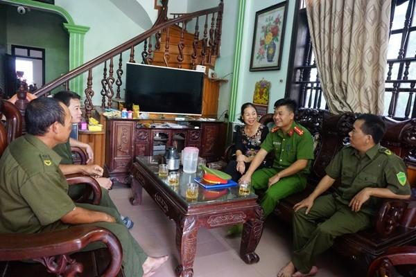 Đại úy Nguyễn Quốc Vương và Ban CAX Nguyễn Trãi trao đổi, nắm tình hình ANTT với trưởng thôn Mai Sao